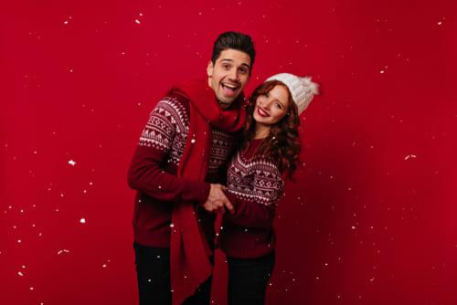 クリスマスらしい赤のニットにデニムパンツをあわせたカジュアルスタイル