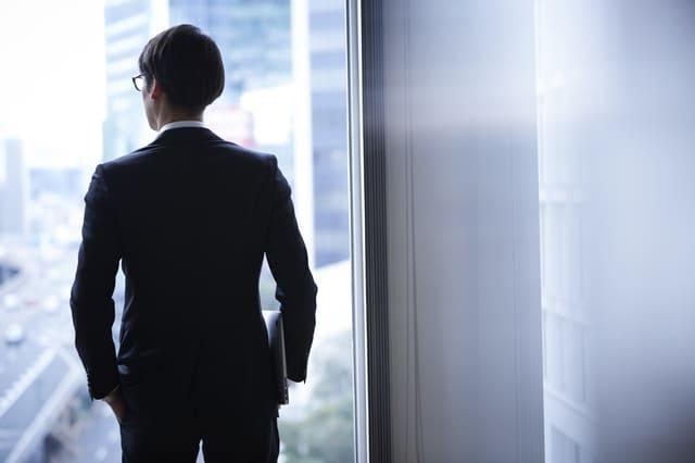 スーツを着た男性の後ろ姿