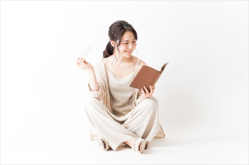 手帳を見る女性