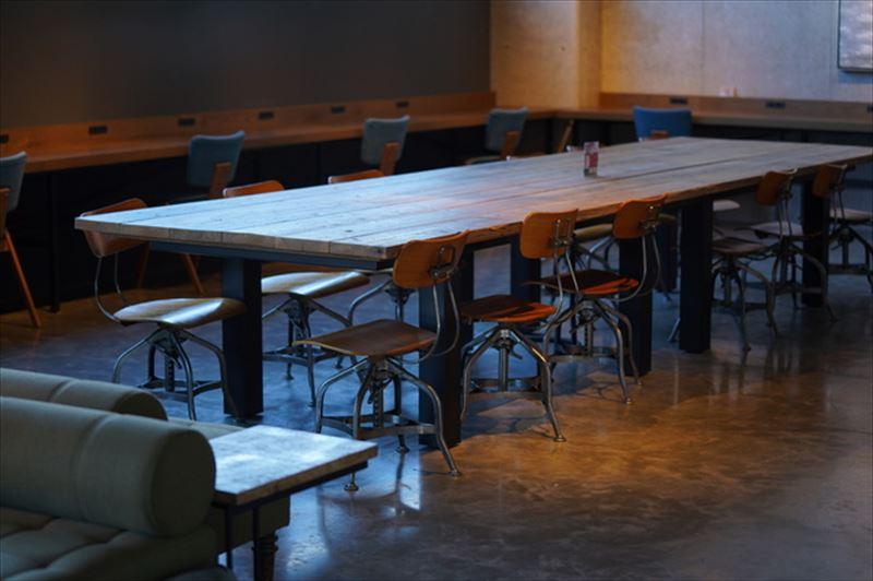 コンクリート打ちっぱなしの壁と床が印象的なカフェ