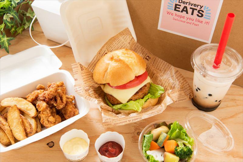 デリバリーで届いたハンバーガー・タピオカドリンク・サラダ画像