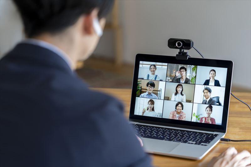 パソコンの前でビデオ会議をする男性